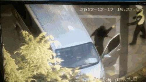 日照交警拦停套牌车 嚣张司机掏出一根80公分长钢管