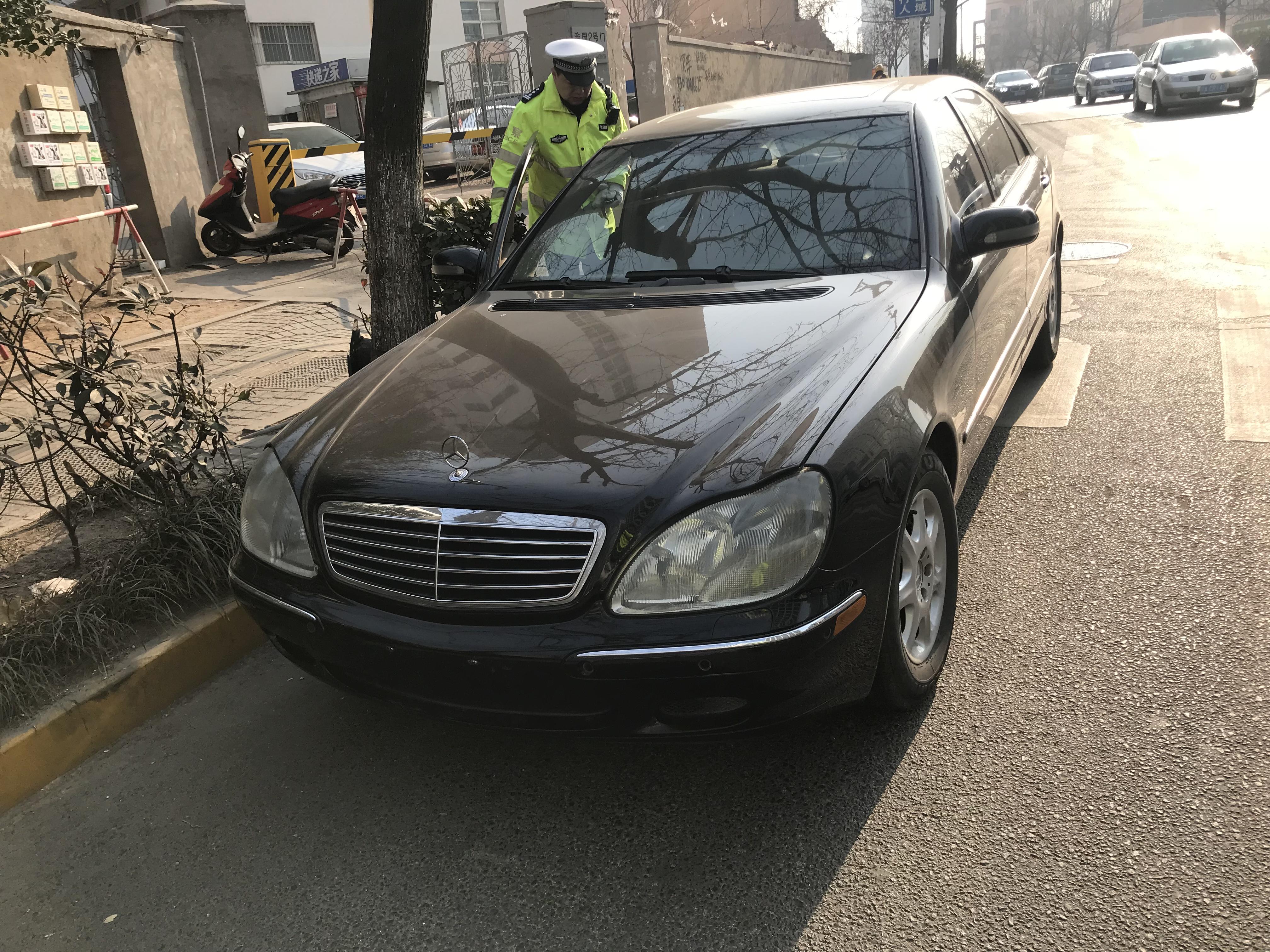 青岛:假证司机驾驶无牌奔驰在交警队门口被查