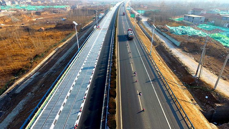 """""""超级公路""""来啦!世界首条高速公路光伏路面试验段在济通车"""