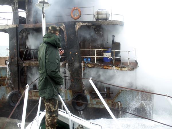 运沙船突发大火 青岛海警五小时奋力灭火