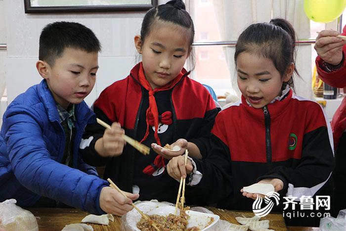 德开小学的学生学习包水饺1.jpg