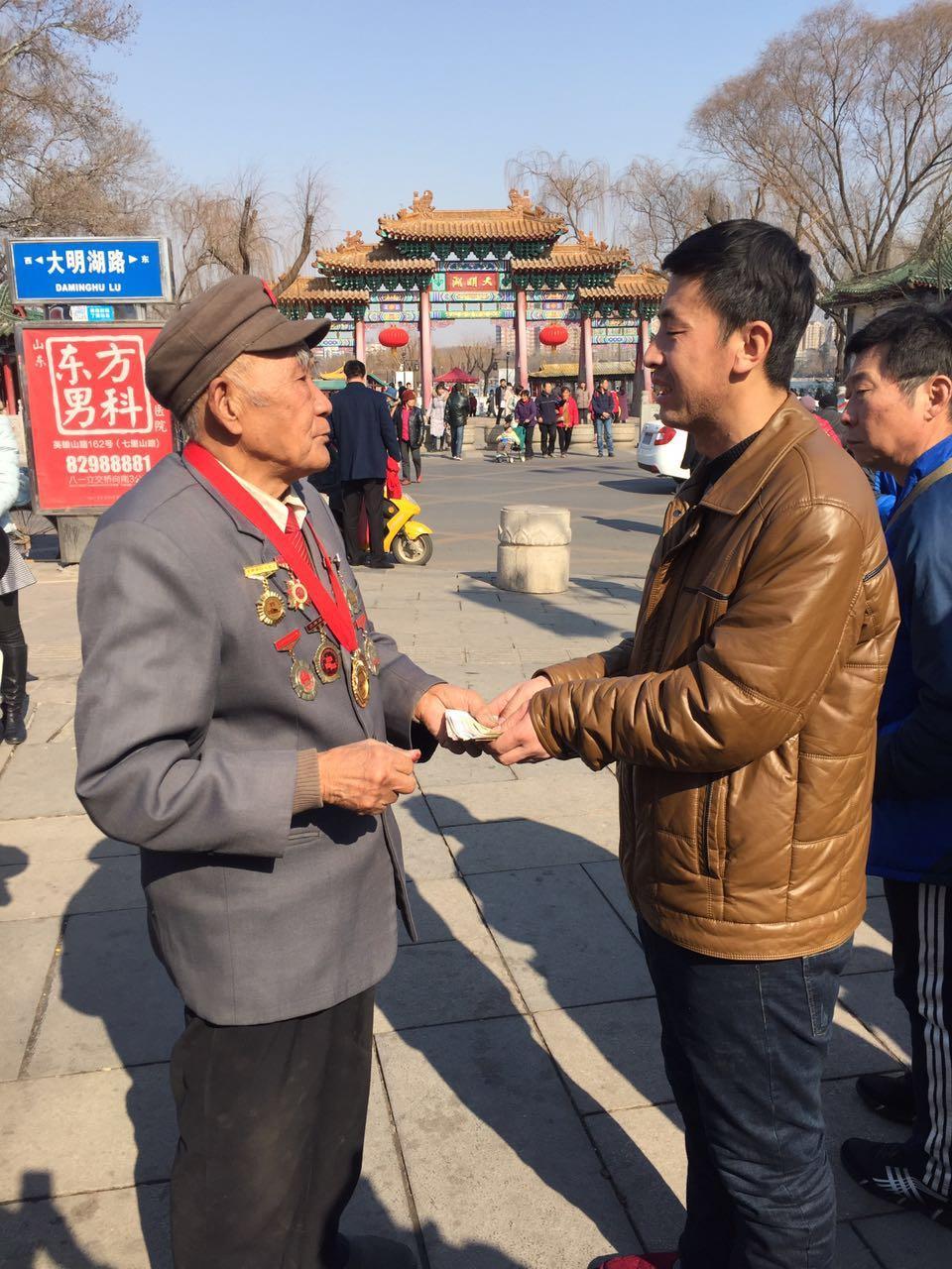 """济南:革命老战士为""""血荒男孩""""义卖字画 筹得2460元善款"""