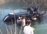 正能量丨菏泽一轿车坠河被困 民警跳冰河救人身体被冻僵