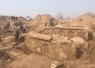 梁山:村旁打地基挖出古墓 疑为清朝程氏家族墓