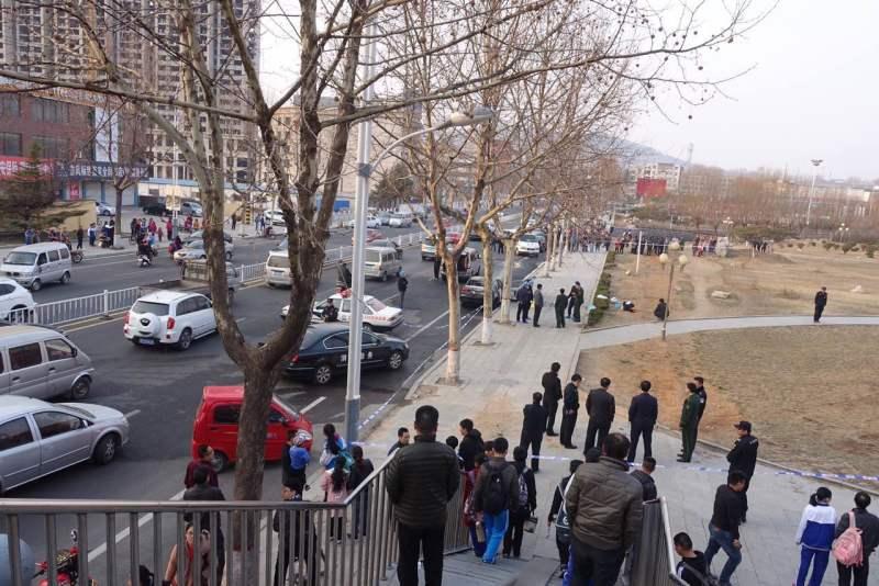 莱芜钢城区一轿车路边自燃 车内2岁女童被烧死