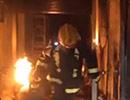 赞!菏泽一饭店突然起火 消防员徒手拖出着火煤气罐