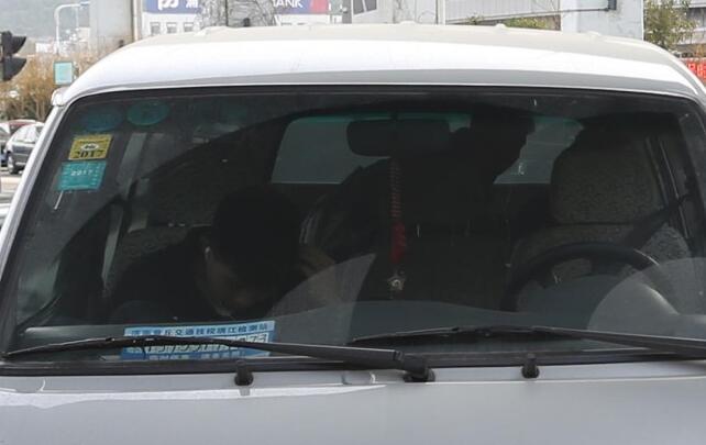 济南14名大学生挤一辆面包车返校 被查时称经常坐