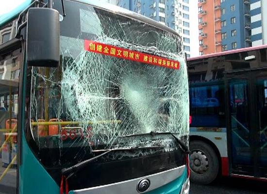 济南:马路现油污 两辆公交车打滑相撞