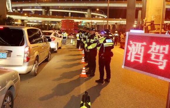 济南:交警检查点渣土车撞上轿车
