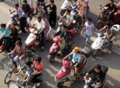 """青岛街头摩托车横行隐患大 快递外卖成""""重灾区"""""""