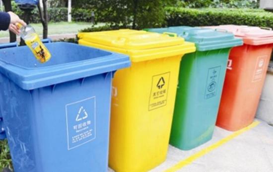 齐鲁网3月31日讯 近日,中国国家发展改革委、住房城乡建设部共同发布了《生活垃圾分类制度实施方案》,《方案》提出,到2020年底,基本建立垃圾分类相关法律法规和标准体系,形成可复制可推广的生活垃圾分类模式,在46个城市实施生活垃圾强制分类,生活垃圾回收利用率要求达到35%以上。同时《方案》对生活垃圾的收集、运输、资源化利用和终端处置都提出了具体规划。 《方案》明确,在直辖市、省会城市、计划单列市以及第一批生活垃圾分类示范城市的城区范围内先行实施生活垃圾强制分类。据此,山东济南、青岛、泰安3市纳入实施生活