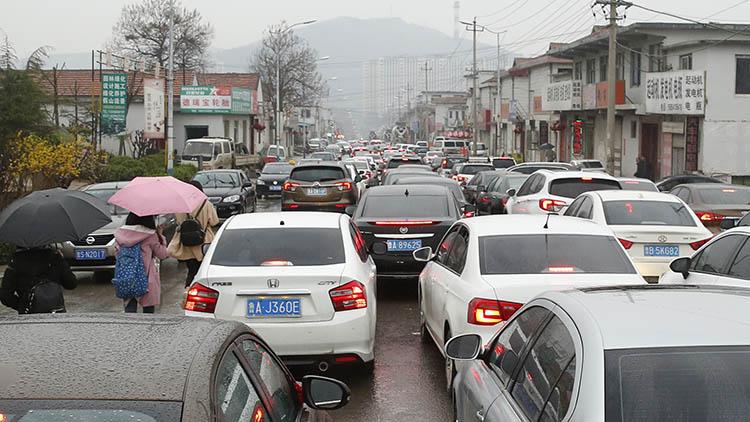 清明假期最后一天 济南港九路进城方向1500米走了1小时