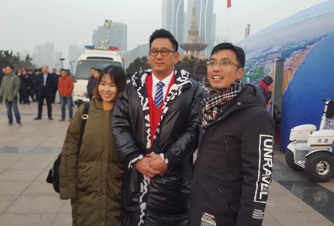 山东广播电视台主持人孙亮与日照市民共同迎日出祈福新年