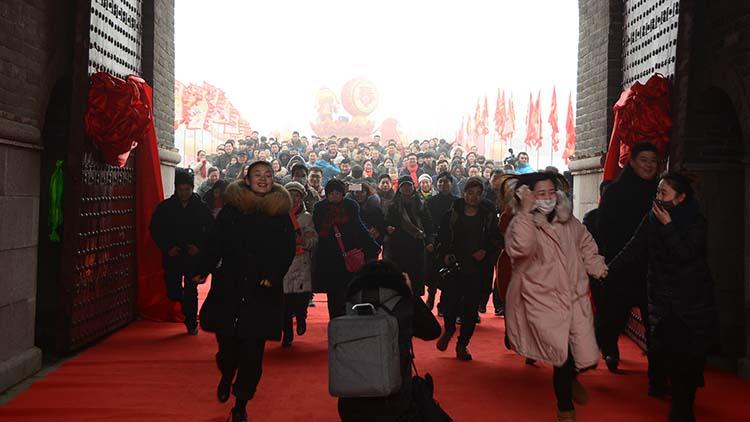 枣庄台儿庄古城举办开福门大典  游客争先恐后抢头福