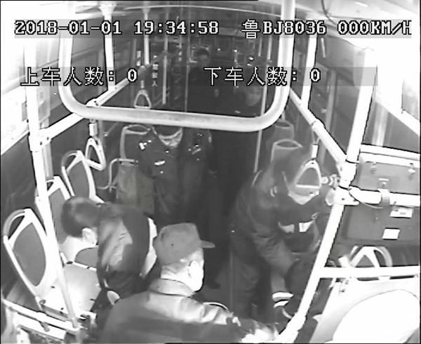 青岛:香肠卡喉女乘客深睡不醒 紧急送医驾驶员获赞