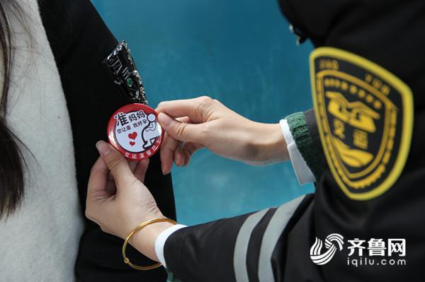 工作人员在公交车上为准妈妈发放孕妇徽章 (2)_副本.jpg