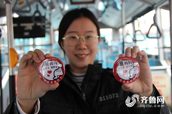 工作人员在公交车上为准妈妈发放孕妇徽章 (1)_副本.jpg