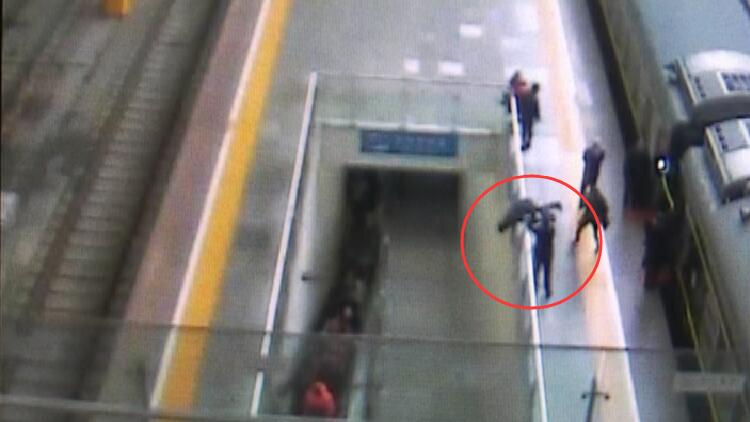 27秒丨乘客冲出车厢一头扎向地下通道 警民联手拉回来