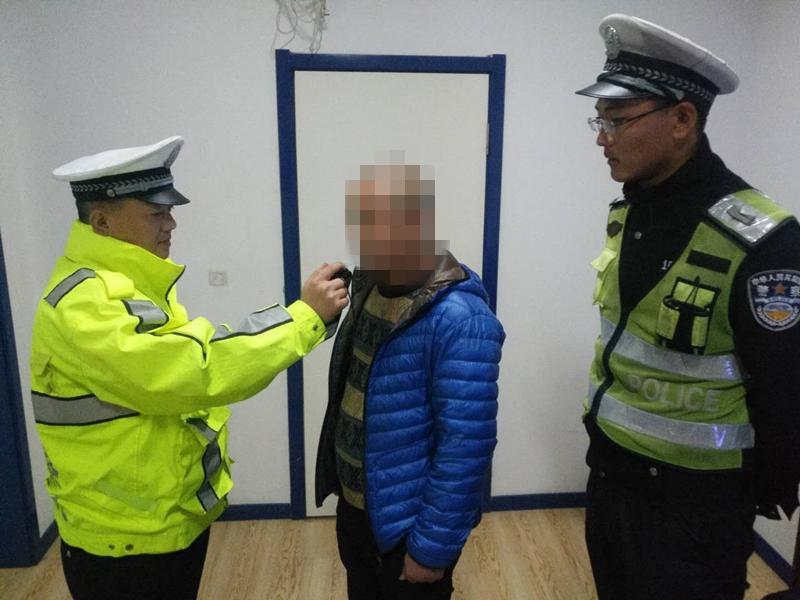 青岛一酒司机为躲检查爬上公厕房顶 手机铃音暴露行踪被抓