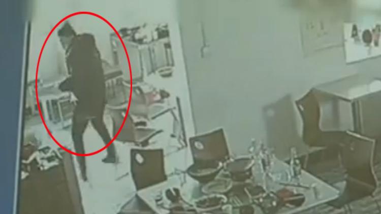 41秒|济宁一惯犯小偷快餐店偷收银台 打不开抱着就跑