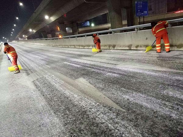 全力应对降雪 临沂3000名环卫工人彻夜清雪保畅通