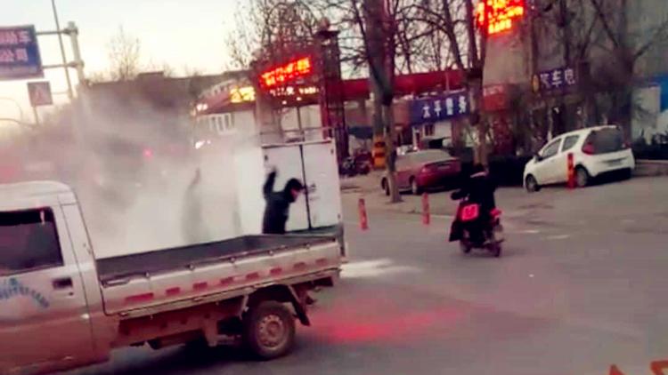 15秒丨剁手党快点赞!济南这个公交司机提灭火器救下一车快递
