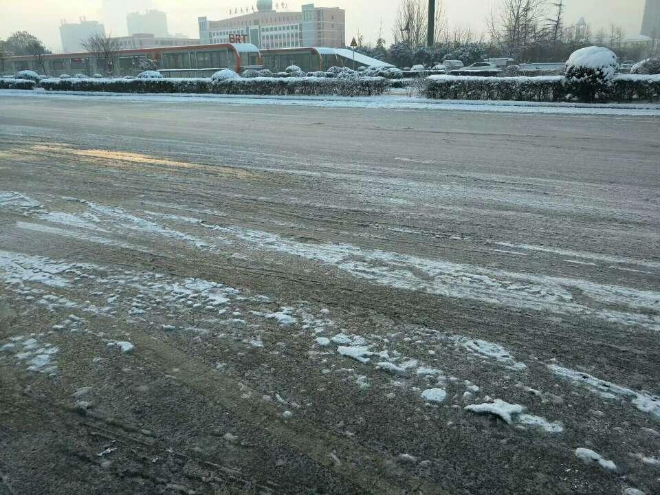 枣庄市中区道路全部结冰,交警发出行提醒