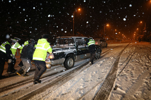 新年第一场雪 日照岚山交警全力保障道路畅通