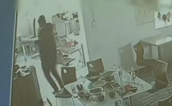 162秒|济宁奇葩窃贼盗窃快餐店 钱箱打不开整个抱走