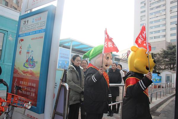 青岛:动漫明星化身公益使者 倡导排队乘车文明出行