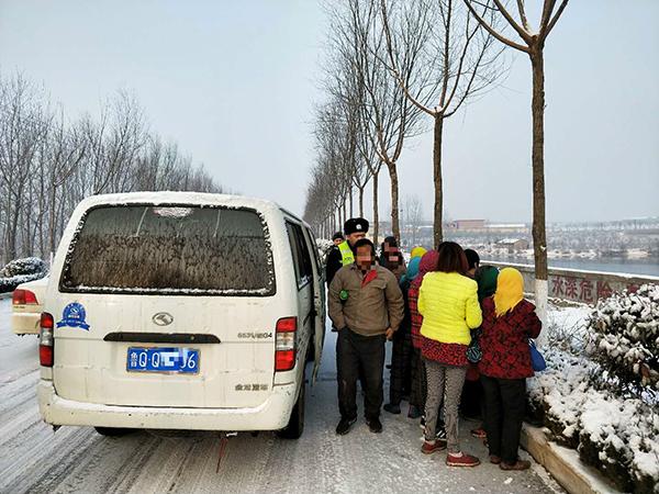 核载9人实载15人 临沂一面包车冰雪路上铤而走险
