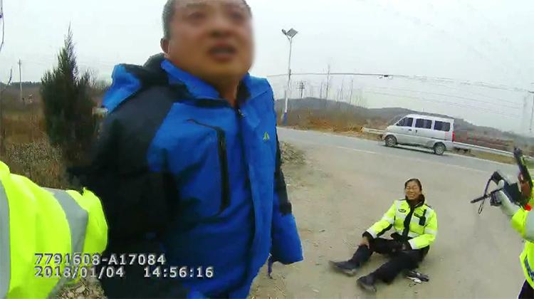 41秒|驾照已被注销两年 酒厂老板再酒驾撞倒女交警