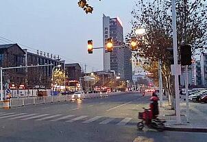 """路口违章""""小动作""""频现 潍坊市民盼""""红绿灯""""尽快启用"""