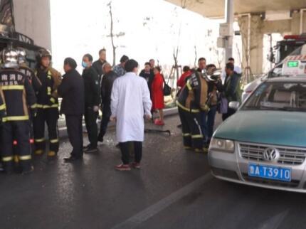 """暖心!路遇车祸中28人被困 济南3名""""的哥""""仗义出手"""