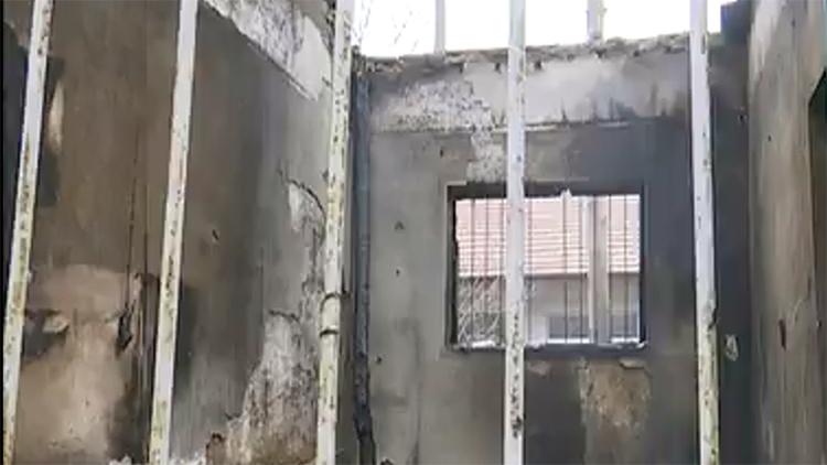 37秒丨德州平原县一房屋起火烧穿房顶