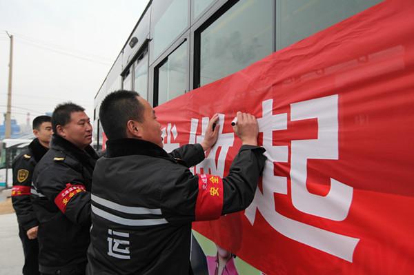 青岛:小车站折射大文明 公交站乘客自觉排队蔚然成风