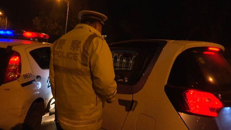 28秒|男子无证驾驶遇检查逆行逃跑 被拦截后不停道歉