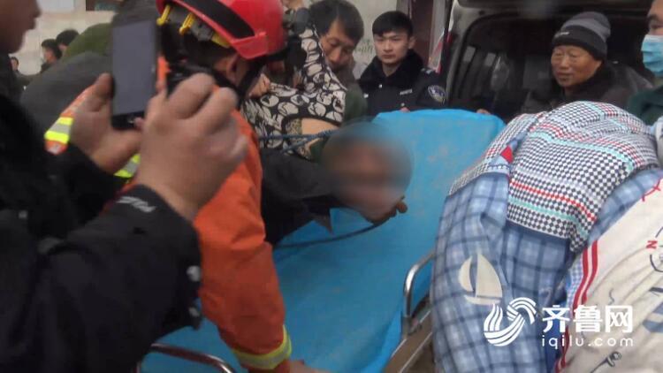 30秒丨菏泽五旬村民被卡井下十多米处 消防自制工具救援