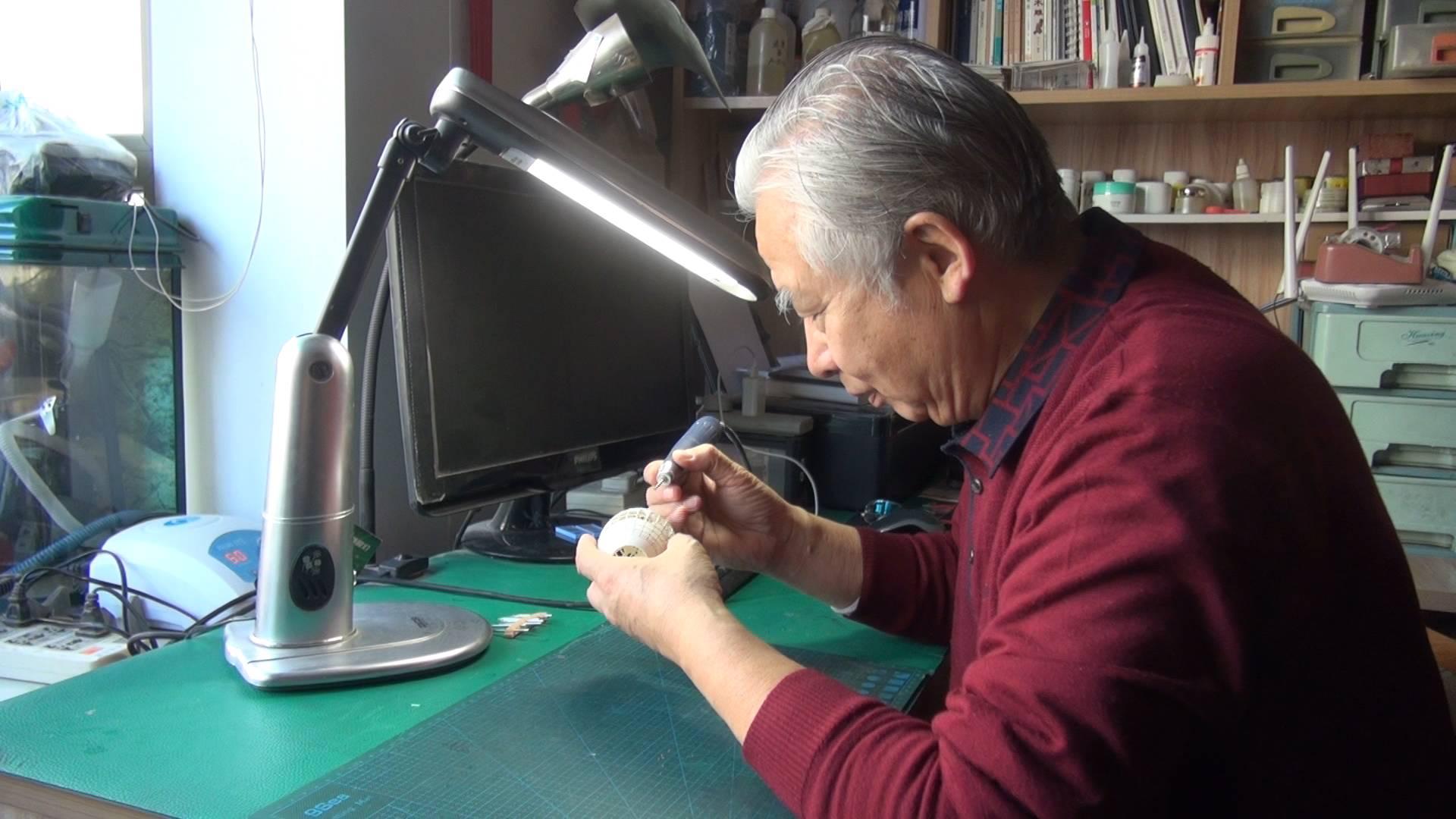 """45秒丨 惊呆了!济南68岁老人蛋壳上雕出了""""世界地图"""""""