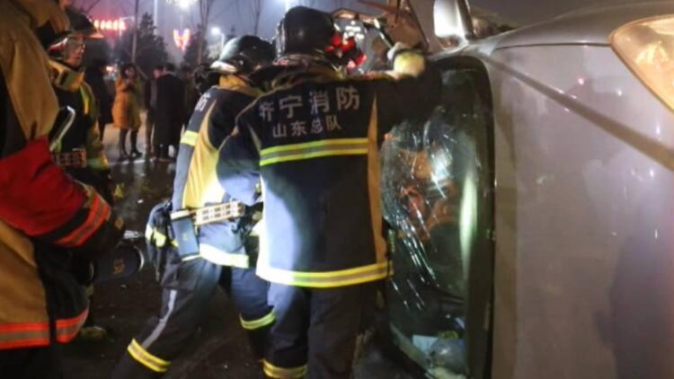 37秒丨轿车被撞侧翻漏油 消防撬棍砸窗救出被困女子