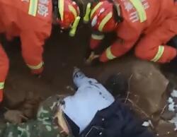 17秒丨双膝跪地、双手刨土……他们这样救出被埋者