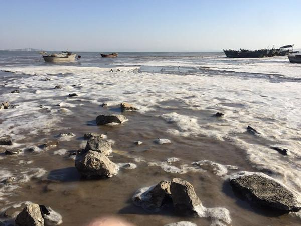 青岛胶州湾海域出现海冰 多艘渔船被困冰面