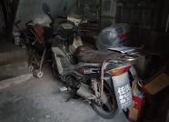 2米宽楼道塞进4辆车 潍坊一轻宿舍电动车乱停藏隐患