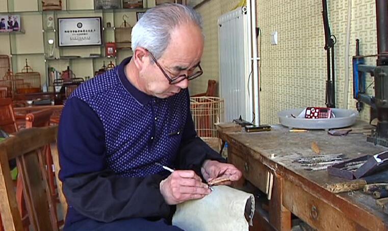 50秒丨3厘米木板上镂空!潍坊方吕鸟笼让顾客几十年不舍得用
