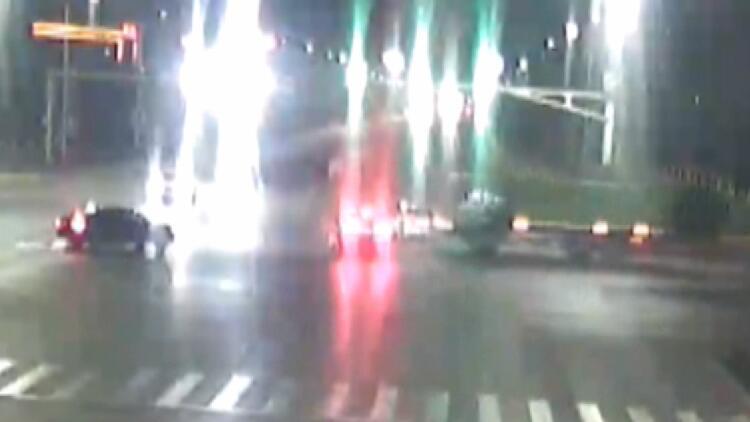 """23秒丨三辆大货车""""组团""""闯红灯 小轿车躲避不及被撞"""