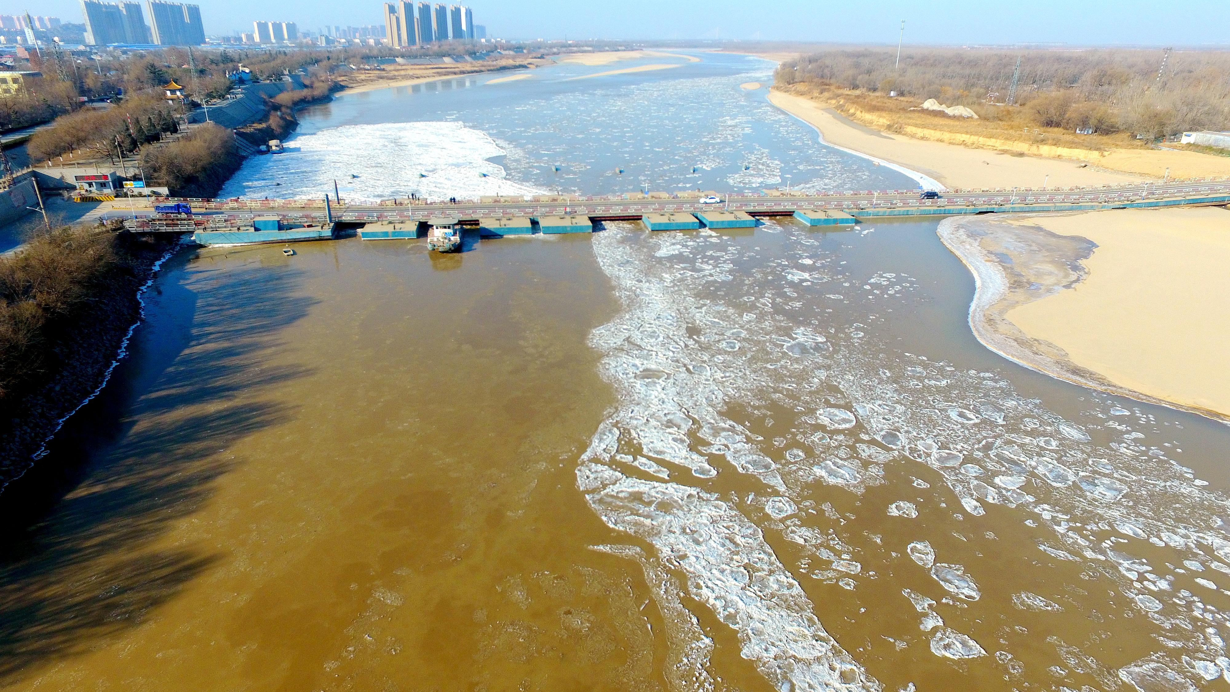 瞰新闻丨黄河济南段冰凌发展迅猛 泺口黄河浮桥拆除
