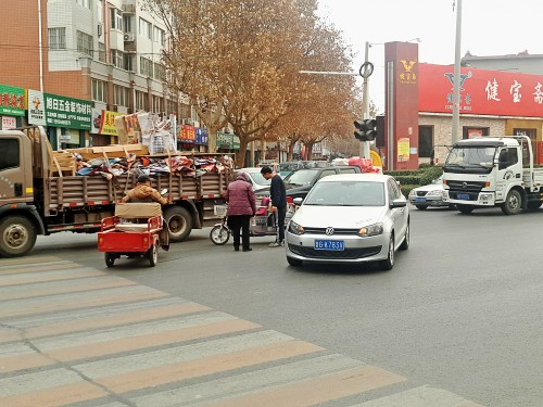"""看到""""黄闪灯""""却拒不礼让斑马线 潍坊银色轿车撞倒过街老人"""
