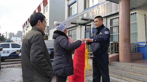 杭州求助电话打到青岛 民警连夜翻墙救回煤气中毒夫妇俩