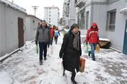 寒冬里的暖心行:威海鲸园社工走访、慰问困境家庭
