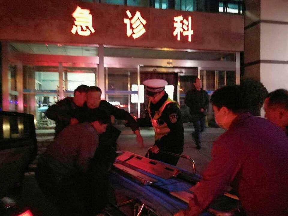 青岛一男子打扑克中风被送医 途中家属迷路交警紧急护送